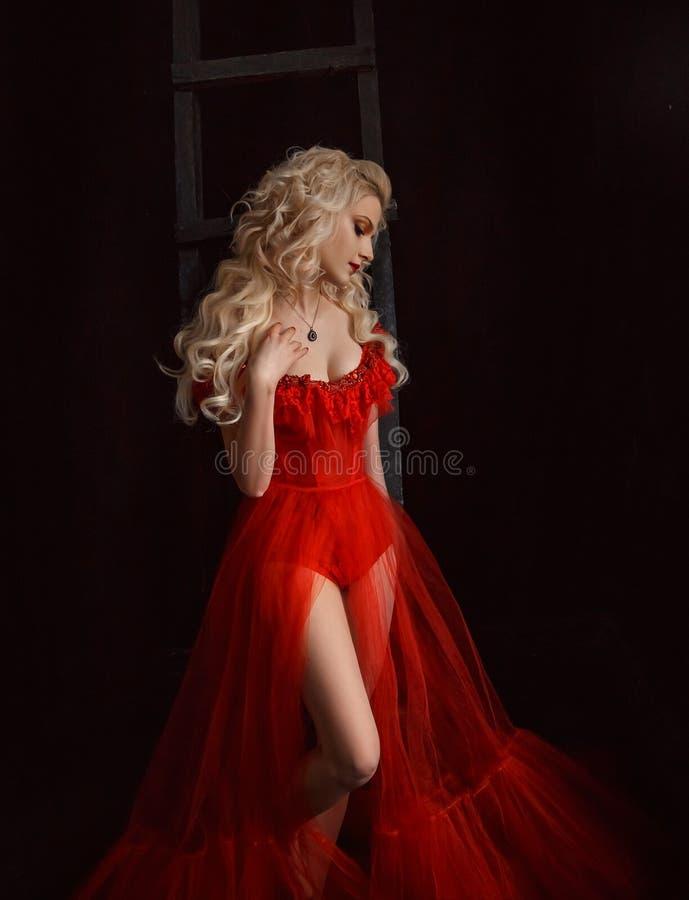 Blond flicka i en lyxig klänning royaltyfria bilder