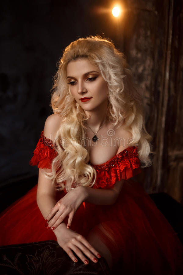 Blond flicka i en lyxig klänning royaltyfri fotografi