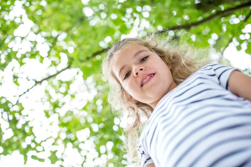 Blond flicka i naturen fotografering för bildbyråer