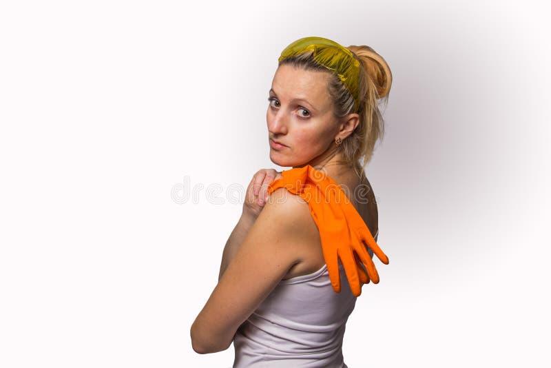 Blond flicka i orange handskar och skyddande exponeringsglas arkivfoto