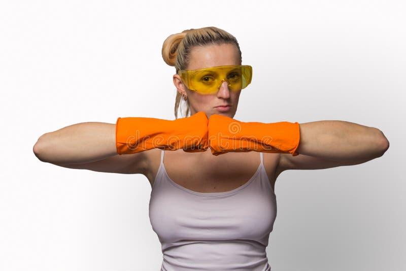 Blond flicka i orange handskar och skyddande exponeringsglas arkivbilder