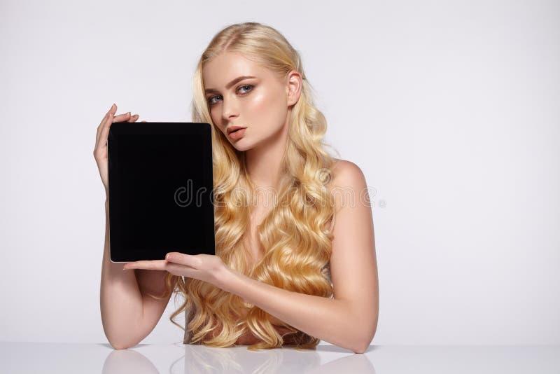 Blond flicka med aftonmakeup och krullning arkivfoton