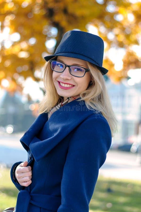 Blond flicka med att le för exponeringsglas fotografering för bildbyråer