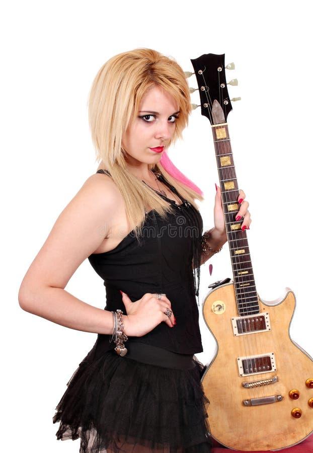 Blond flicka med att posera för elektrisk gitarr arkivbilder