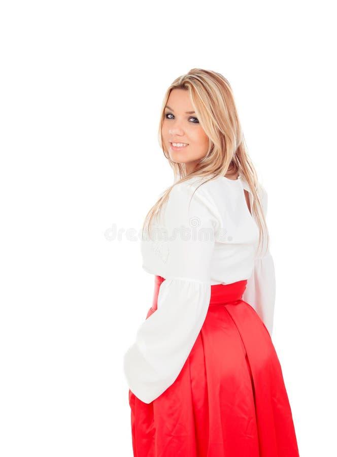 Blond flicka med en elegant röd kjol royaltyfri bild