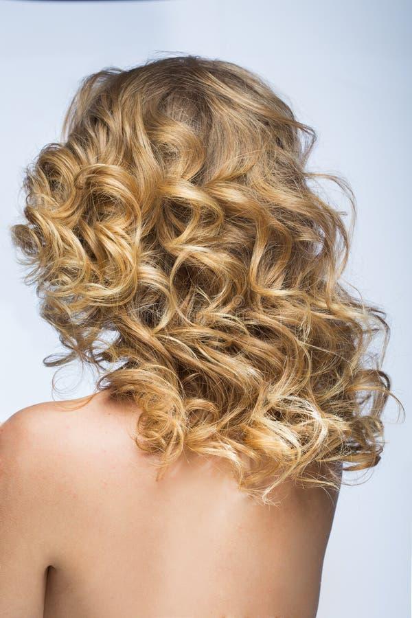 Blond flicka med fluffigt hår fotografering för bildbyråer