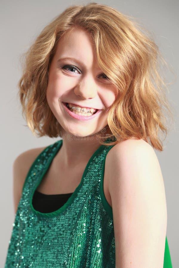 Blond flicka med hänglsen royaltyfria bilder