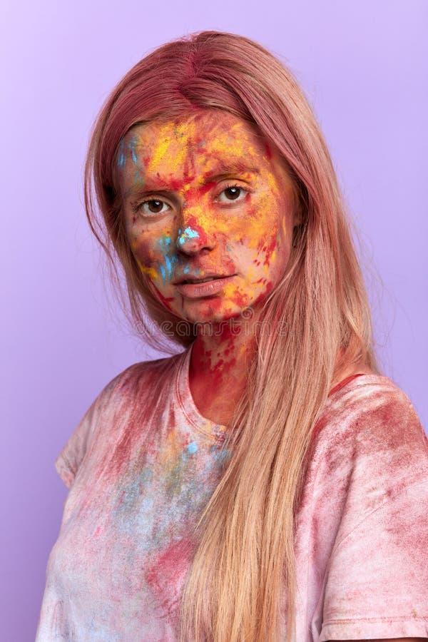 Blond flicka med idérik makeup som poserar till kameran arkivbilder