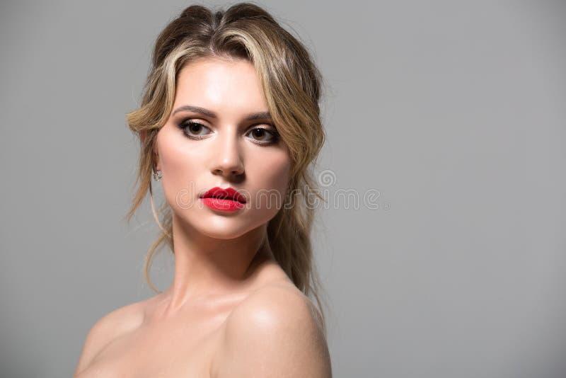 Blond flicka med länge och skinande krabbt hår för volym royaltyfri foto