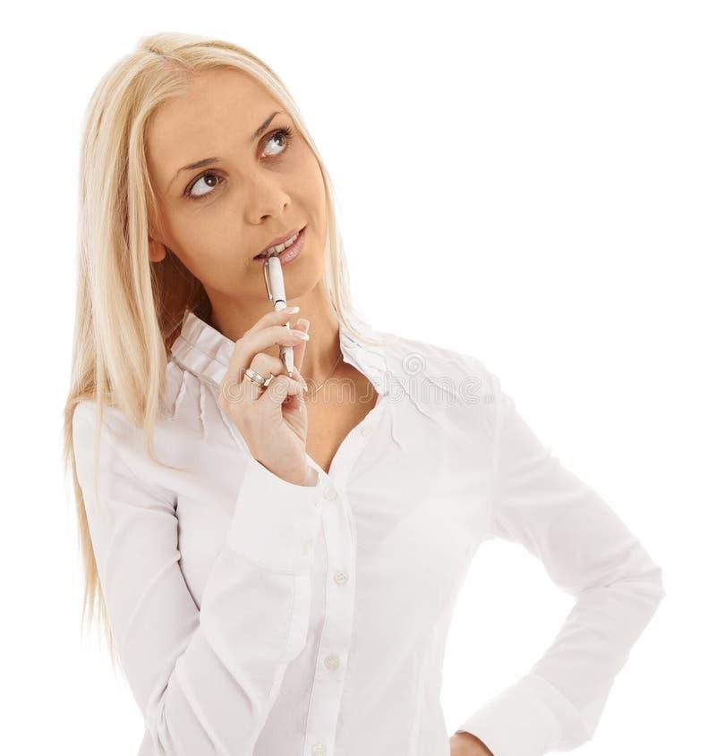Blond flicka med pennan i tanke arkivfoto