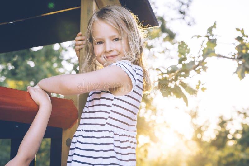 Blond flicka på en lekplats royaltyfria bilder
