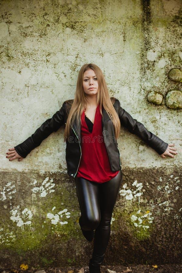 Blond flicka på en tappningvägg royaltyfria bilder