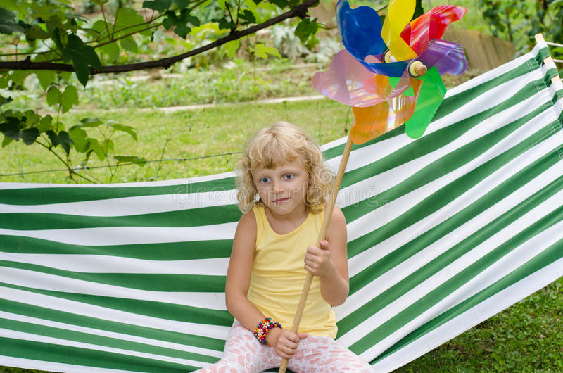 Blond flicka på hängmattan arkivbild