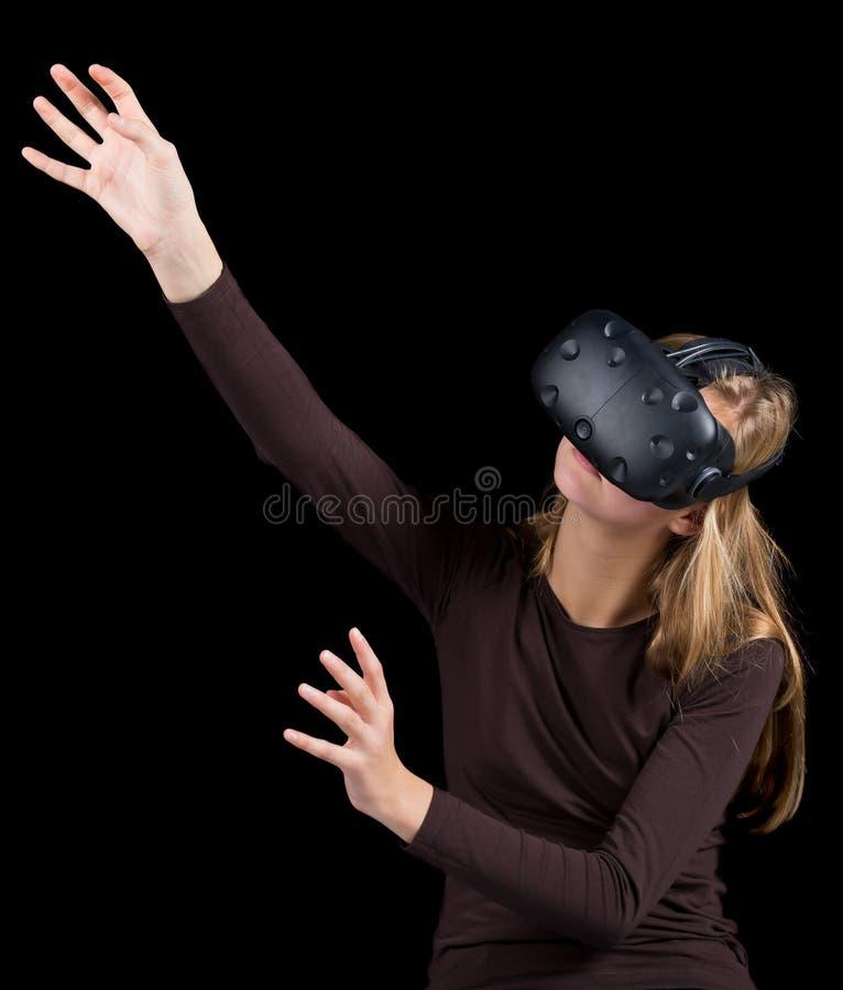 Blond flicka som använder VR - virtuell verklighethörlurar med mikrofon arkivbilder