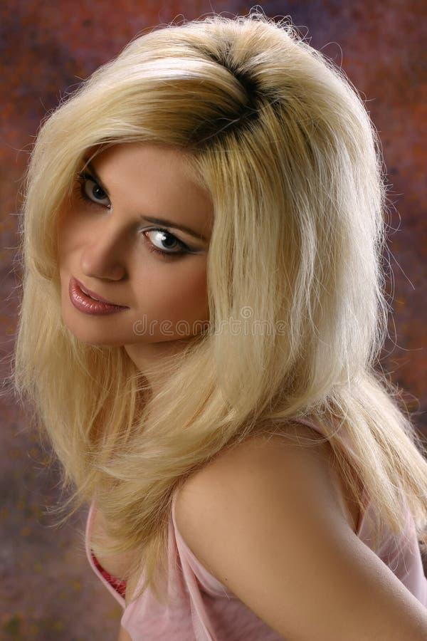 blond flicka som ser söt arkivfoto