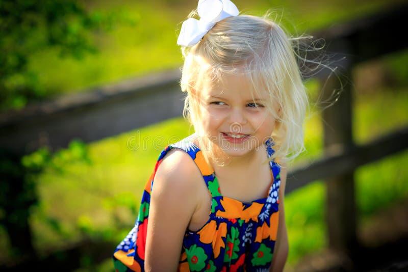 Blond flicka som utanför plaing royaltyfri fotografi