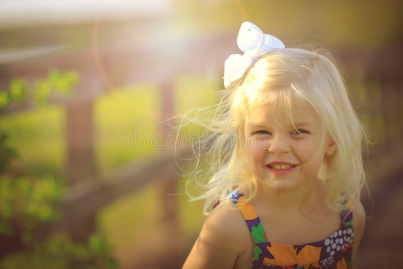 Blond flicka som utanför plaing arkivfoton