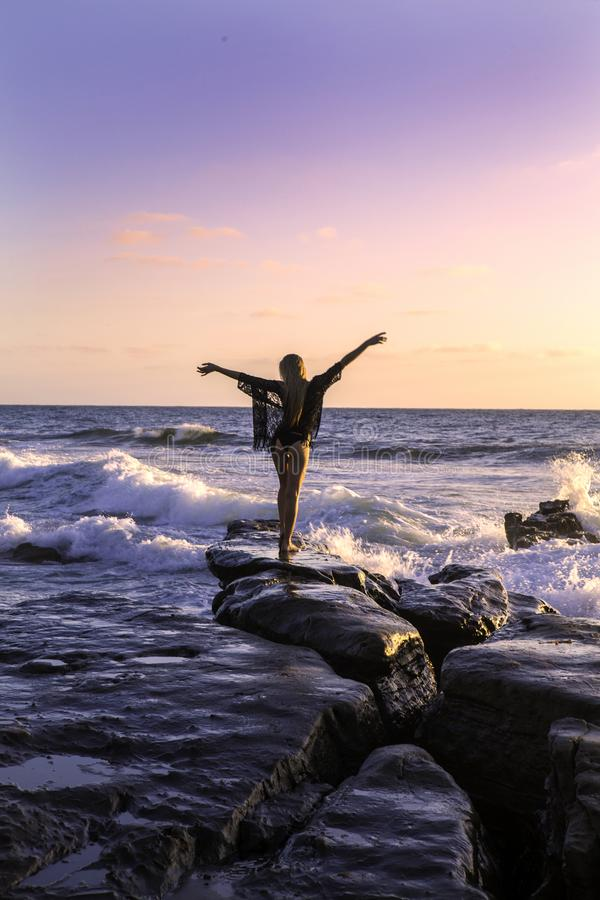 Blond flicka vid havet fotografering för bildbyråer