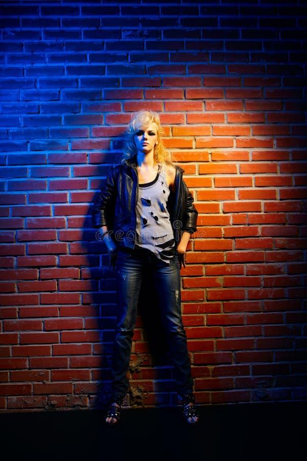 blond flickaglamvippa royaltyfri foto