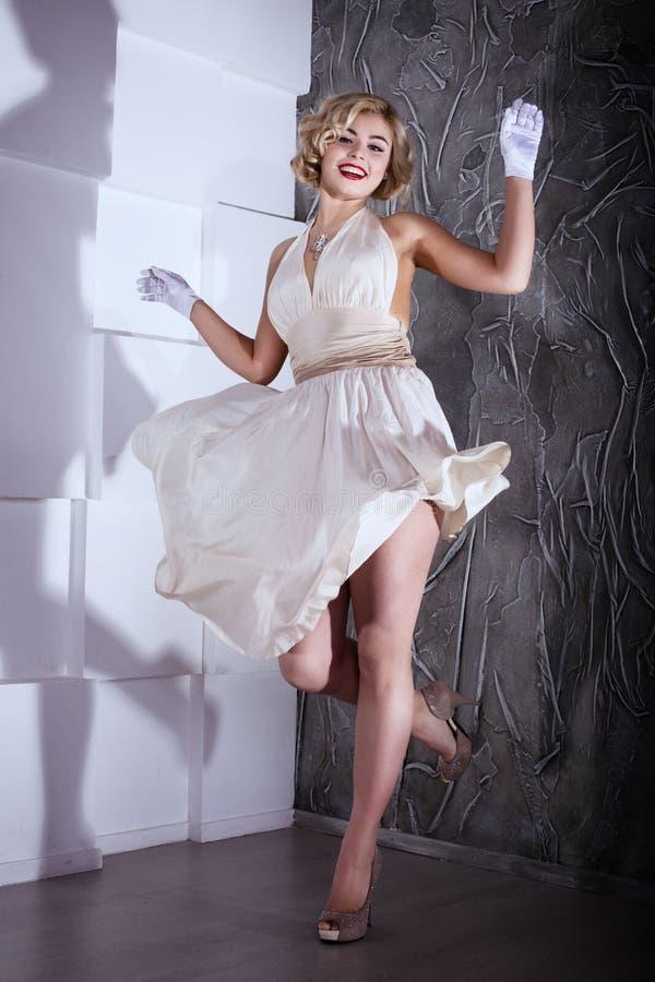Blond flickaMarilyn Monroe stil arkivfoton