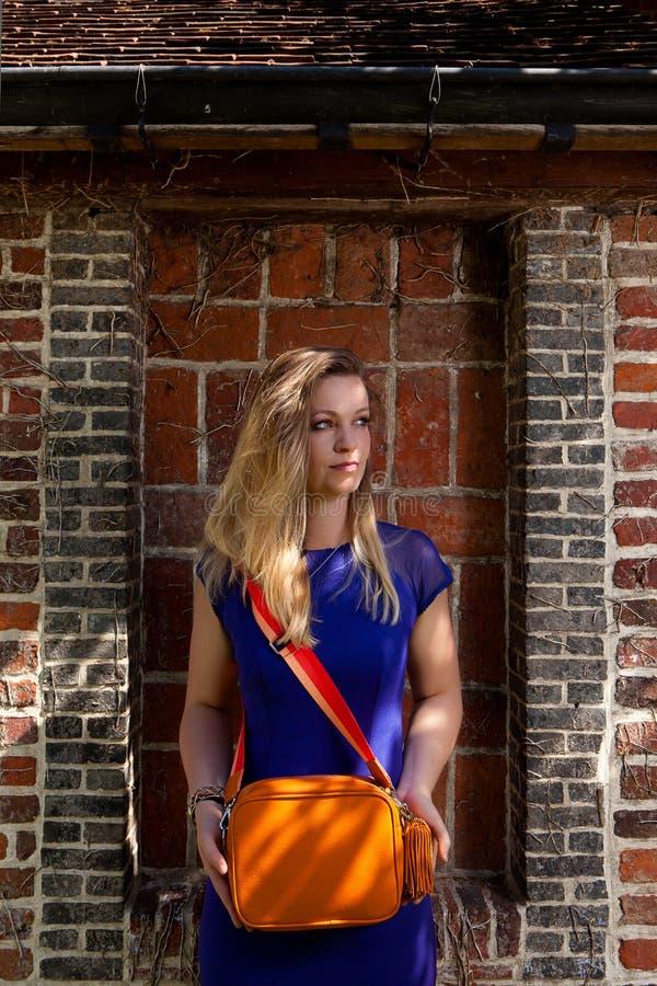 Blond flickasolstråle, Groot Begijnhof, Leuven, Belgien arkivfoto