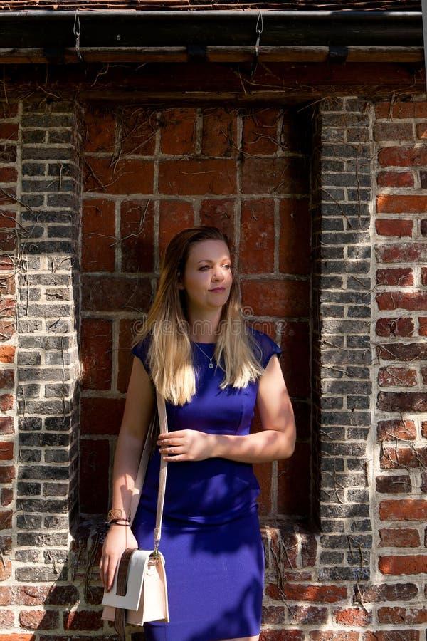 Blond flickasolstråle, Groot Begijnhof, Leuven, Belgien arkivbild