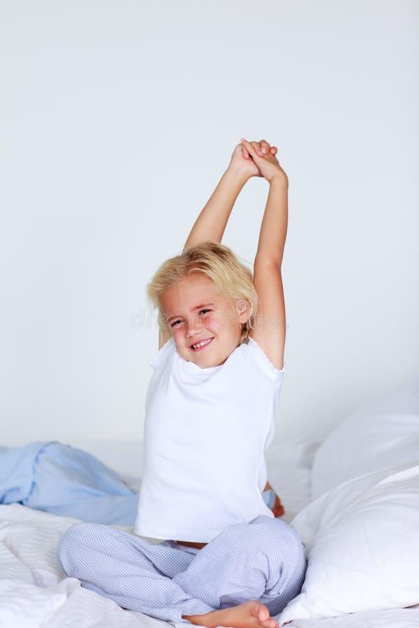 blond flickasträckning för underlag royaltyfria bilder