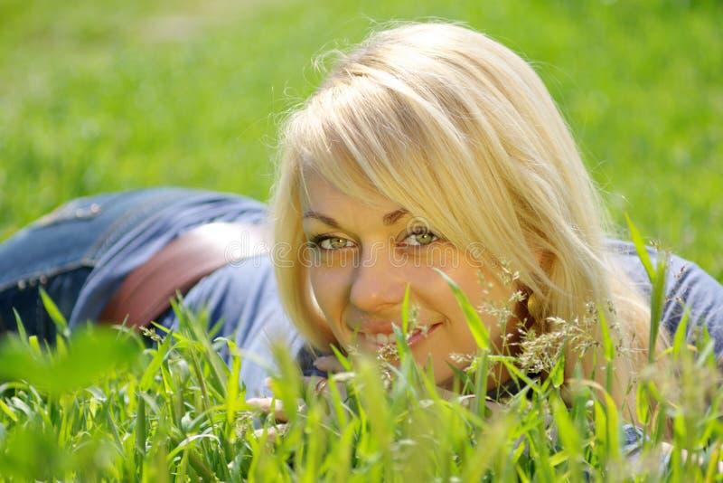 blond gräskvinna royaltyfria bilder