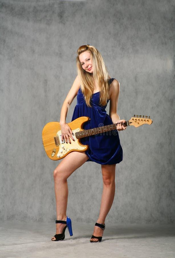 blond gullig flickagitarr royaltyfri fotografi