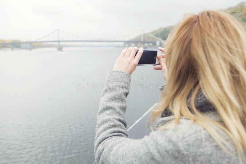 Blond härlig stilfull caucasian kvinna i tillfällig dräkt på en w arkivfoto