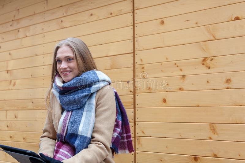 Blond härlig utomhus- kvinnainnehavminnestavla arkivbild