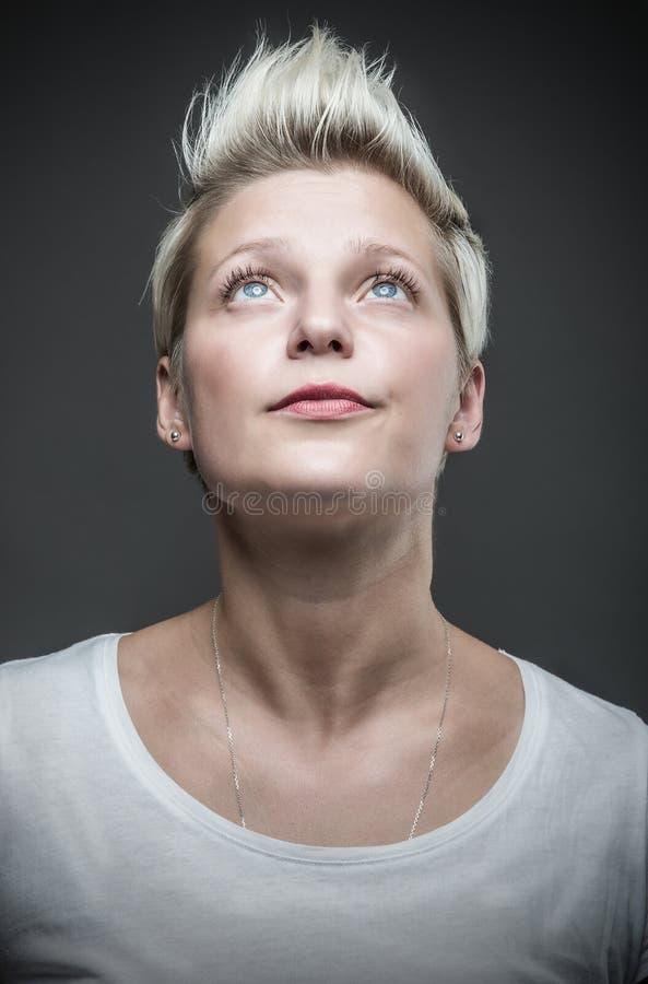 blond hårkortslutningskvinna royaltyfria foton