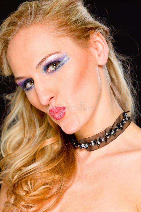 Blond hårkvinna med kyss formade kanter arkivbild