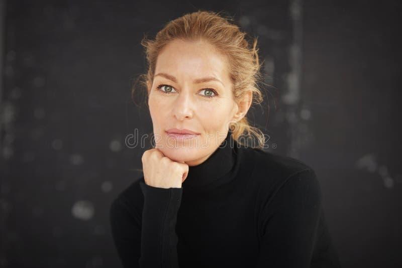 Blond-Haarige Reife Studioportrait Stockfoto - Bild von