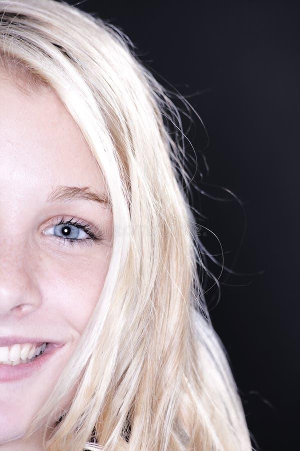 blond half tonårs- framsidaflicka royaltyfria foton