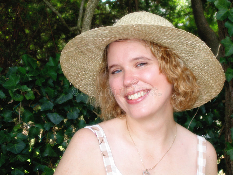 blond hattsugrörkvinna arkivbild