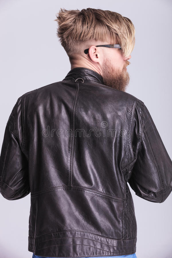 Blond hipsterman som ser till hans sida royaltyfri fotografi