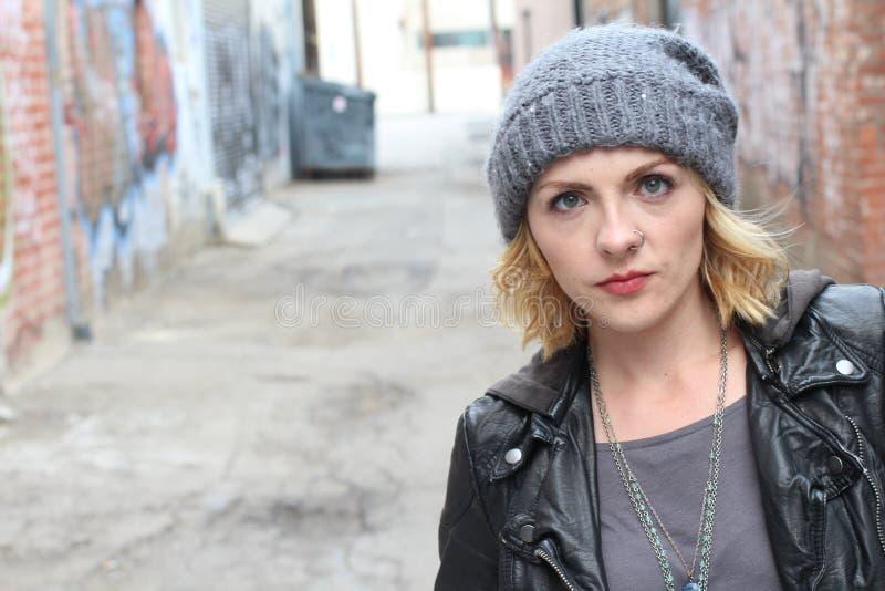 Blond hipstermeisje met een neusring stock afbeeldingen