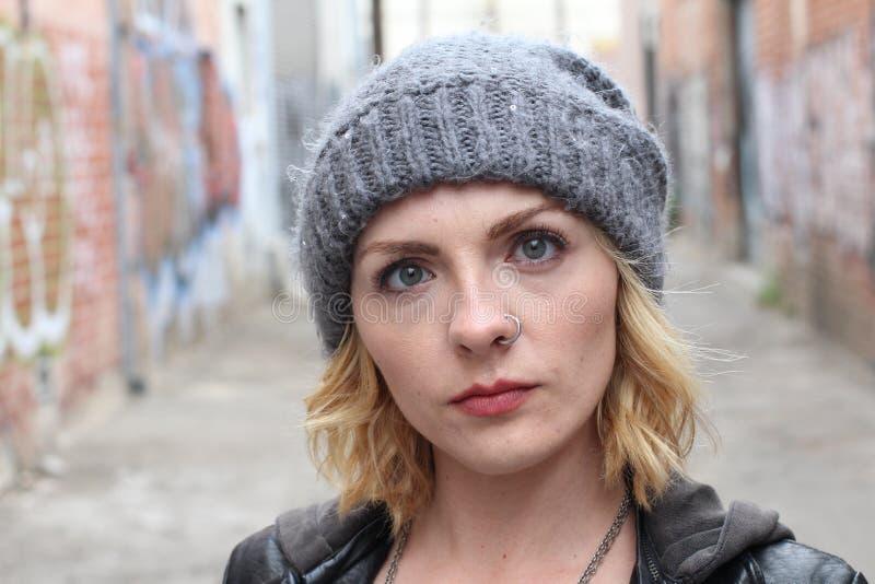 Blond hipstermeisje met een neusring royalty-vrije stock afbeeldingen