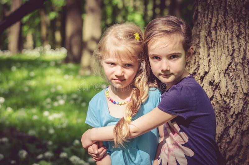 Blond i brunet mała dziewczynka zdjęcia stock