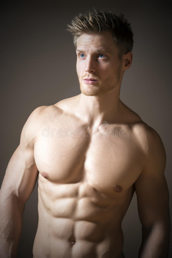 Blond idrotts- man royaltyfri foto