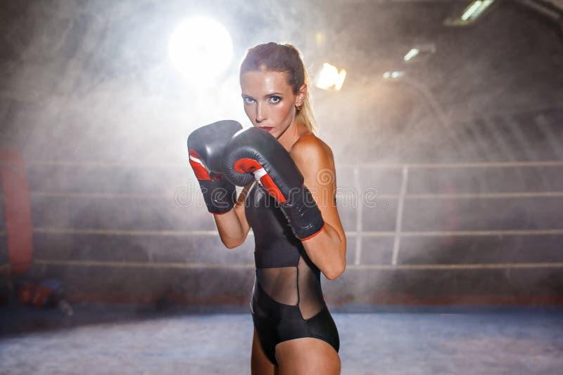 Blond idrottskvinna för boxning på cirkeln arkivbilder