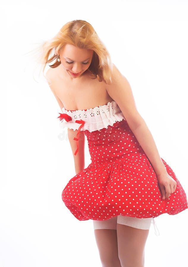 Blond im roten Kleid lizenzfreie stockbilder