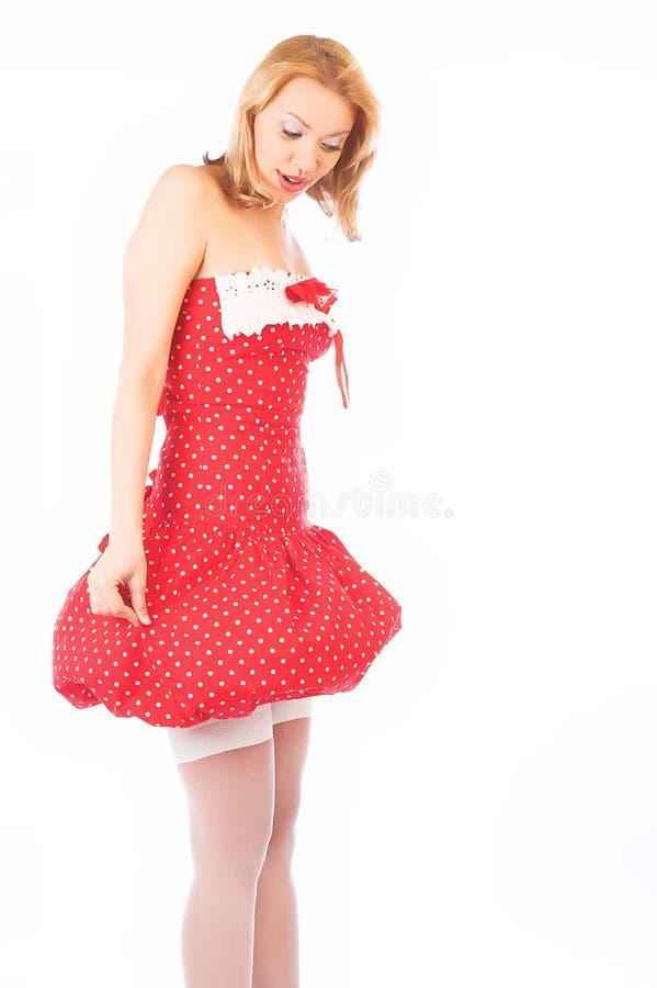 Blond im roten Kleid stockbild