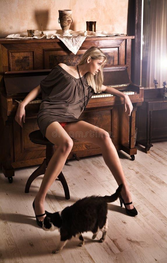 Download Blond izbowy rocznik obraz stock. Obraz złożonej z piękny - 9258395