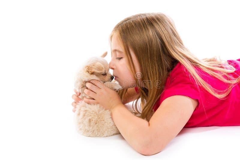 Blond jong geitjemeisje met het huisdierenhond van puppychihuahua stock afbeelding