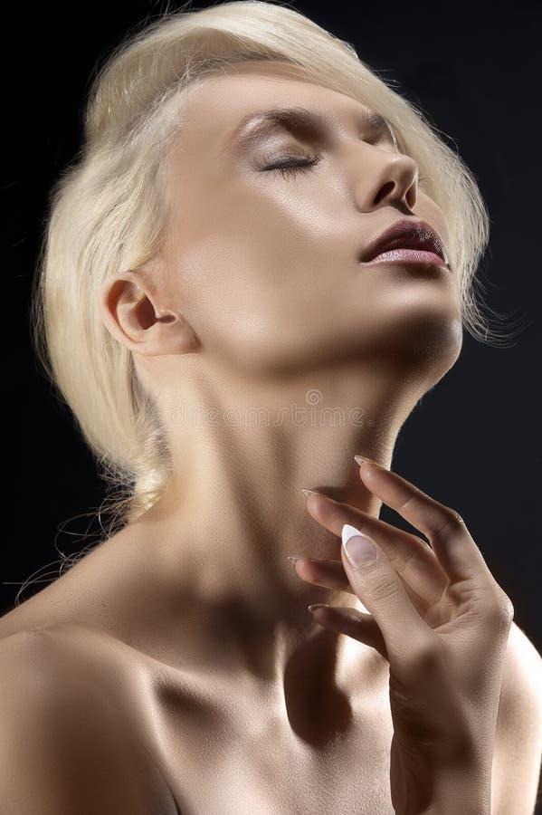 Blond jong meisje in gevoelsportret royalty-vrije stock afbeeldingen