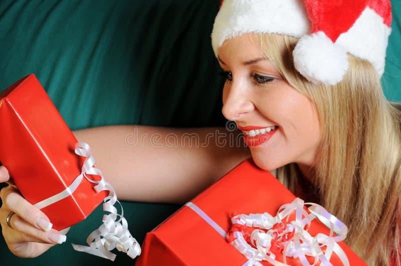 blond julgåvakvinna royaltyfri fotografi