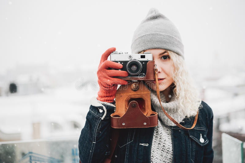 Blond kędzierzawa dziewczyna z ekranową fotografii kamerą, zima obraz stock