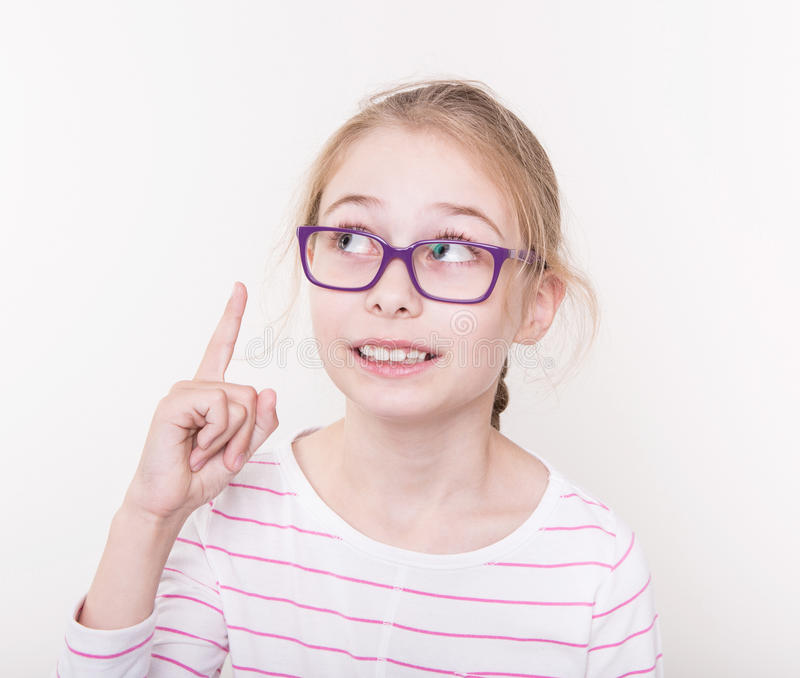 Blond kindmeisje die in violette glazen vinger benadrukken royalty-vrije stock fotografie